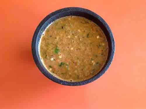 Vierte la salsa en un recipiente