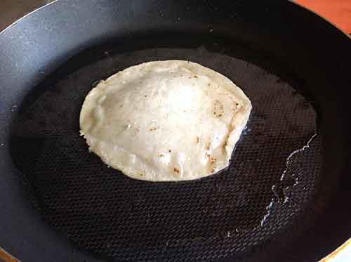 Fríe una o 2 tortillas en la sartén