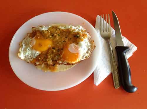 Por ultimo agrega salsa casera mexicana sobre los huevos