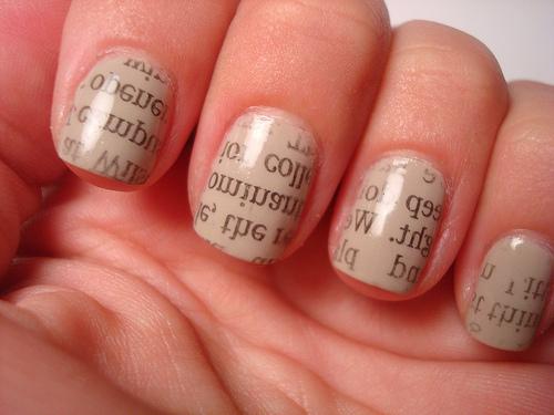 Cómo pintar las uñas con periódico