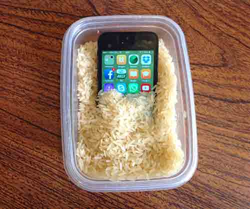 Introduce el celular mojado en un recipiente con arroz