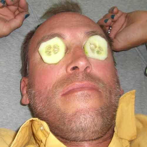 Aplica rodajas de pepinos para eliminar las ojeras