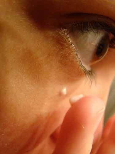 Humecta el contorno de tus ojos para eliminar las ojeras