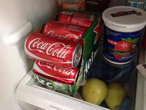 Coloca la caja con latas en la parte más baja del refrigerador