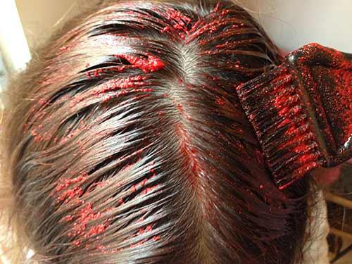 Aplica el Kool-Aid por todo el cabello hasta las puntas.