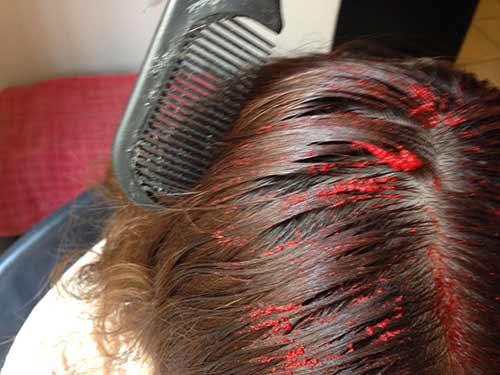 Con un peine levanta porciones de cabello para que la mezcla pue
