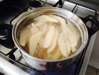 Hierve las papas por unos minutos