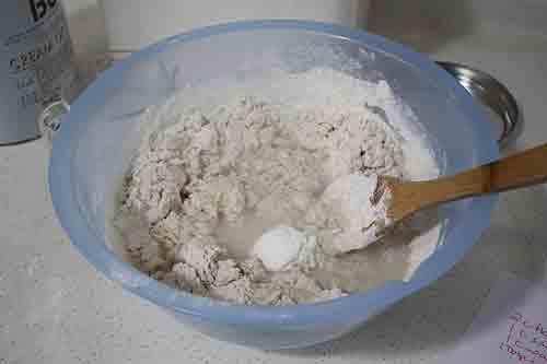 Mezcla la harina, la sal y el agua.