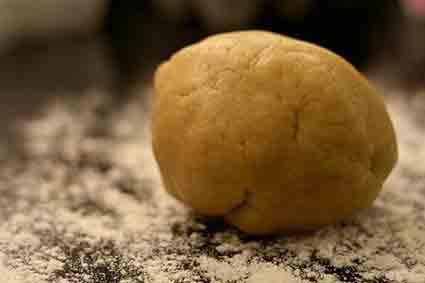 Coloca la bola de masa de sal en una mesa enharinada