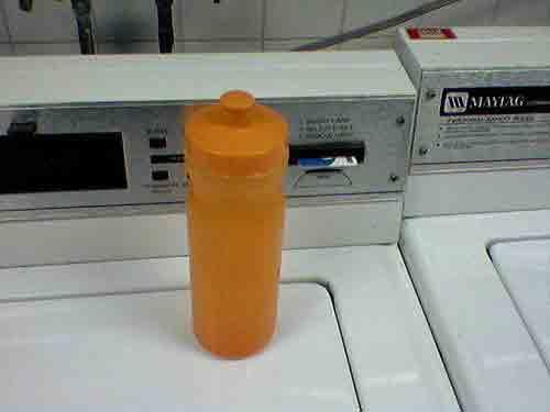 Guarda el jabón líquido casero en una botella.