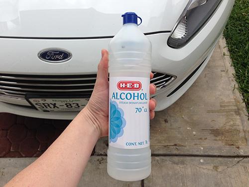 Usa alcohol para quitar los insectos del carro