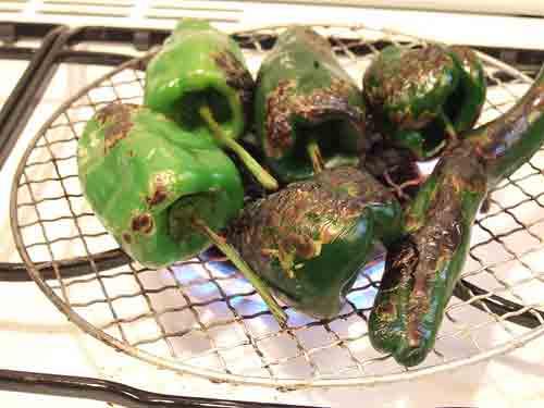 Tuesta los chiles sobre la hornilla de la estufa