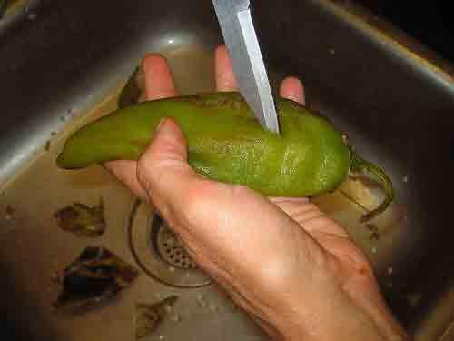 Corta el chile para hacer una apertura