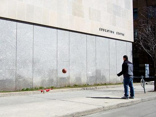 Lanza el balón contra la pared
