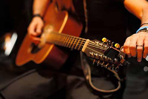 Cómo afinar una guitarra sin afinador