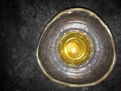 Coloca la moneda en un vaso con una solución para limpiar