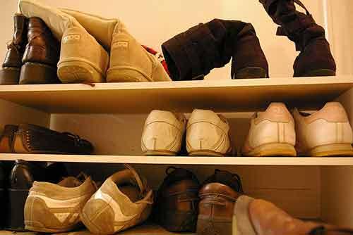 Guarda tus zapatos en estanterías