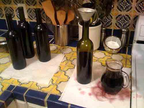 Embotella el vino.