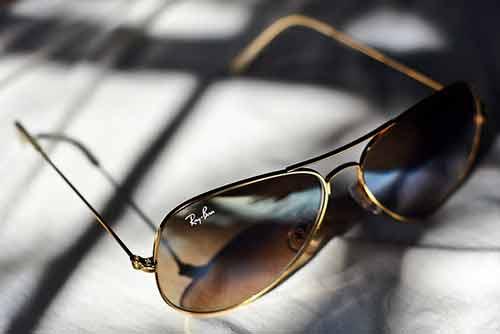 Analiza el peso y la textura de las gafas.