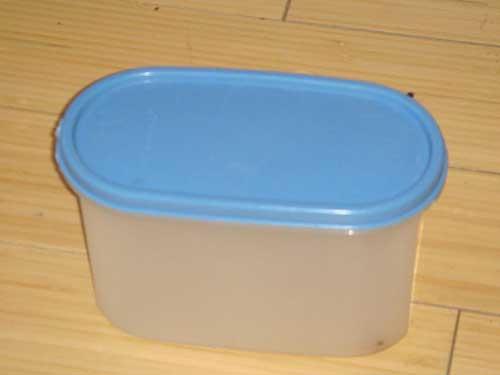 Coloca la rata en un recipiente de plástico hermético
