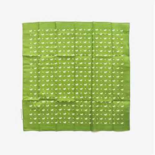 Coloca la bandana en una superficie lisa y limpia