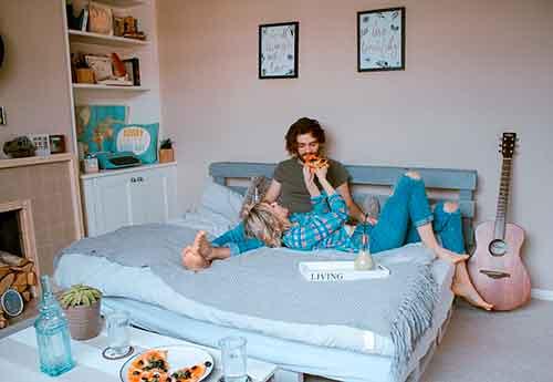 Sírvele el desayuno a tu esposo en la cama