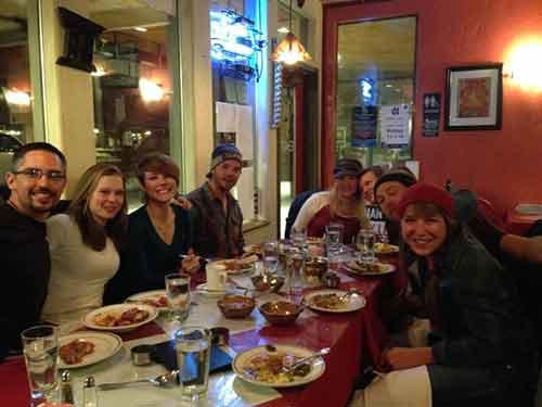 Planea una comida al aire libre con los amigos de tu esposo